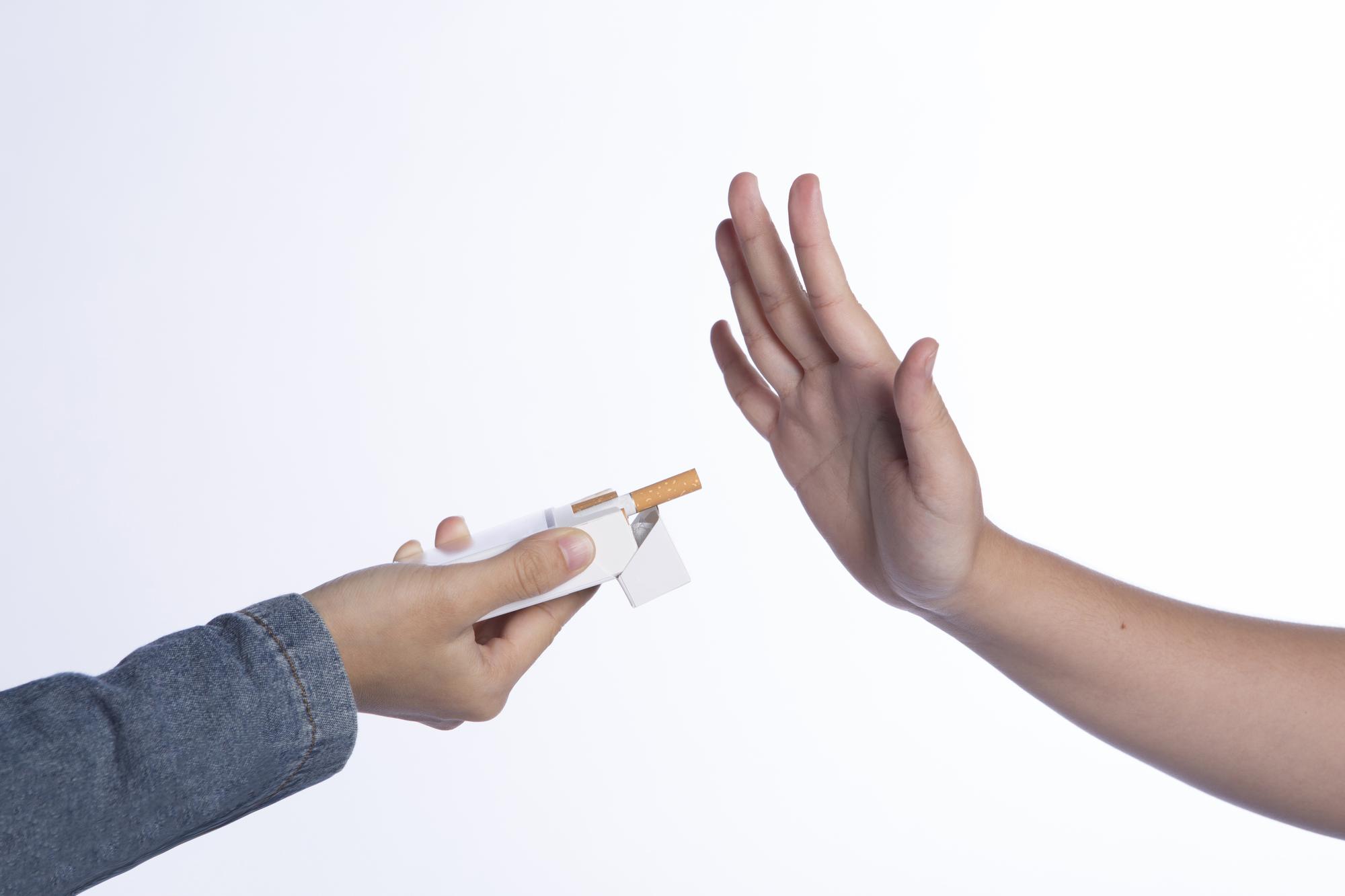 禁煙する男性