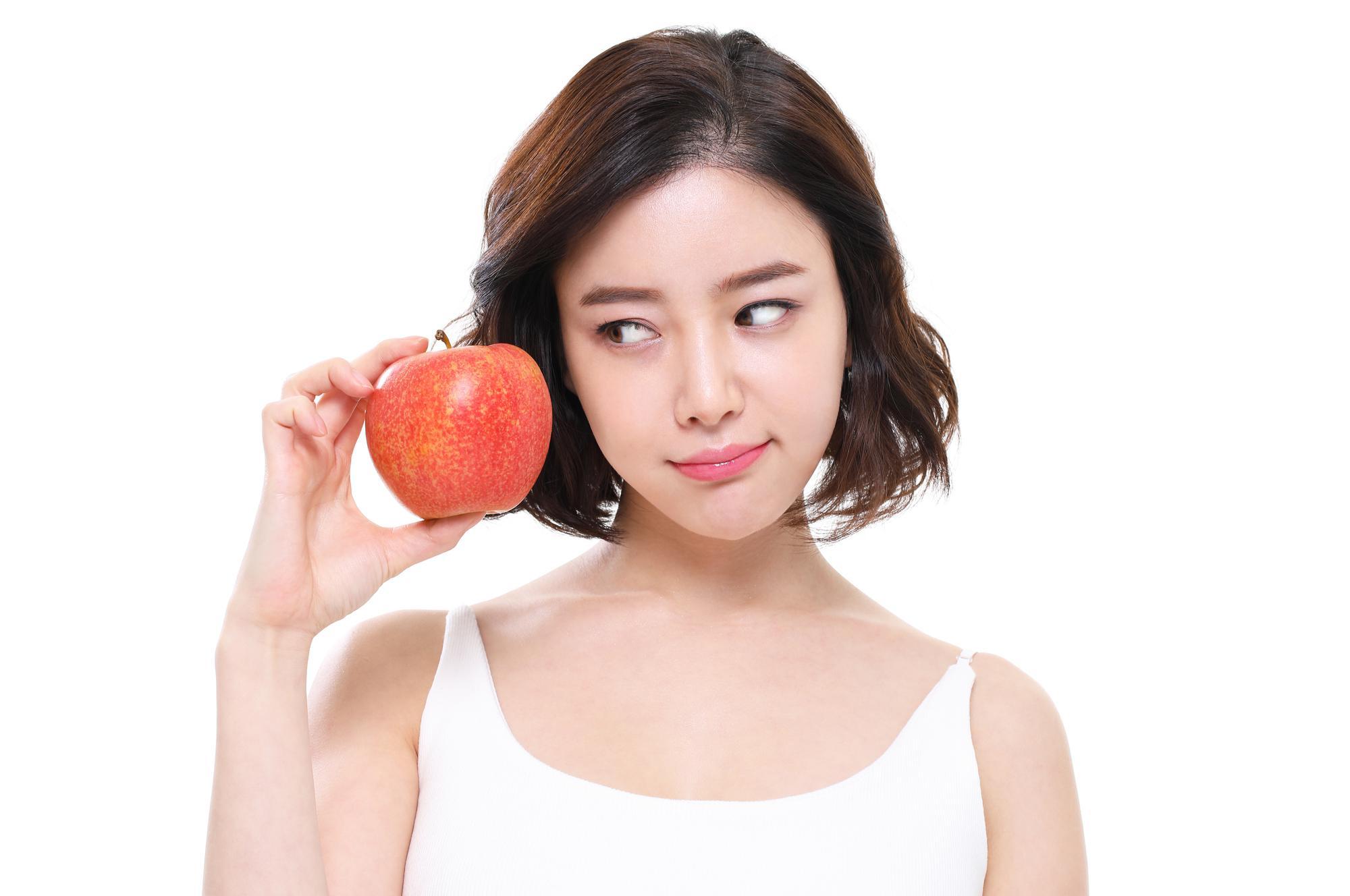 りんごを見つめる女性