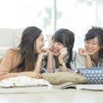 口臭を気にせず話す女性3人