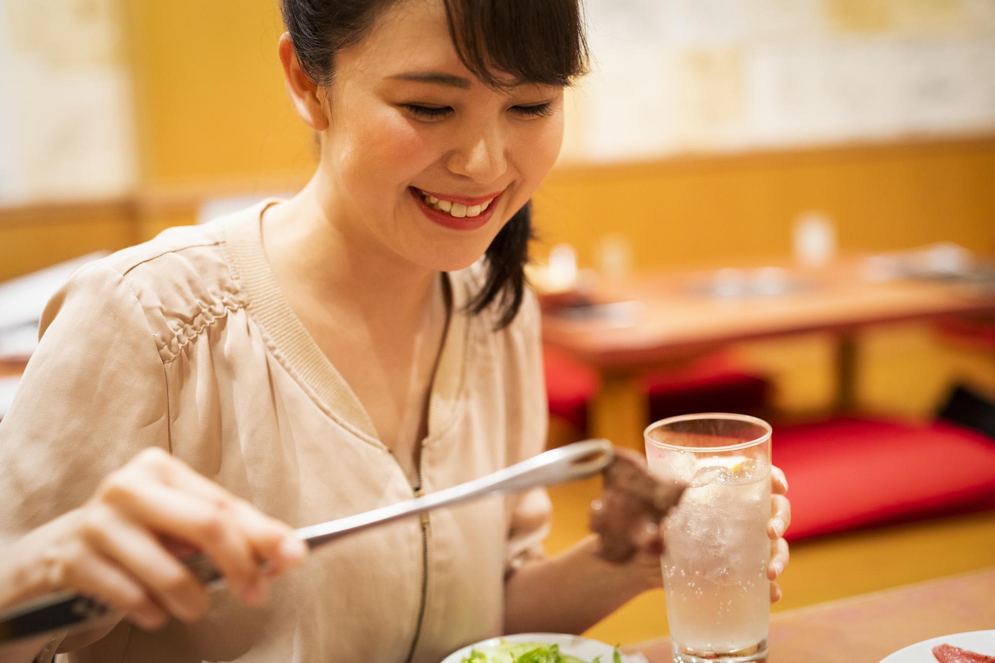焼き肉を食べる女性