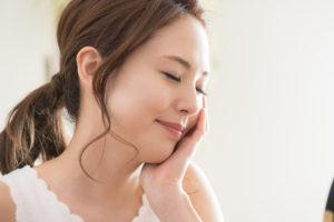 即時埋入インプラントでは歯がない期間がなく安心する女性の写真